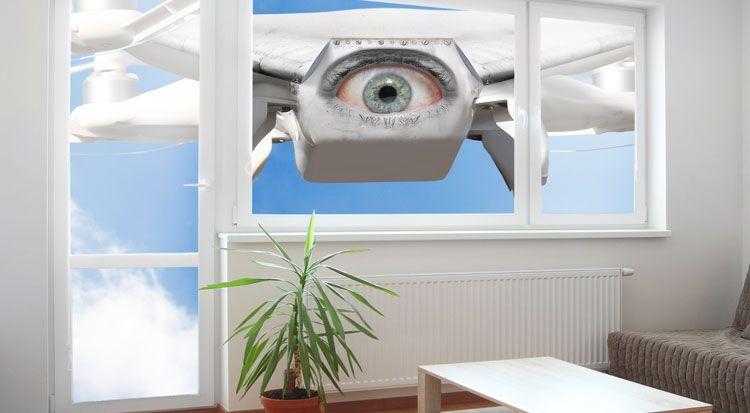 Símil de un drone espiando en una casa