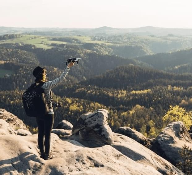 Drone Parrot Bebop-2 sujetado por mujer