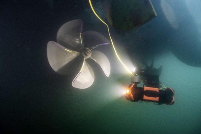 Chasing M2 PRO inspeccionando la hélice de un buque.