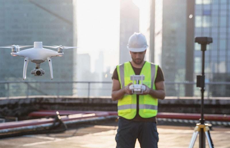 La estación D RTK 2 es compatible con la Serie Matrice y con el drone Phantom RTK