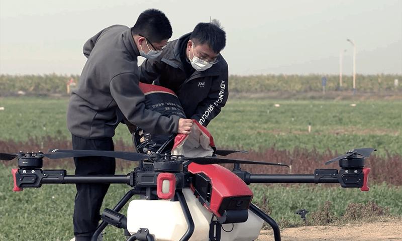 Llenando el deposito de 40 litros del dron del XAG P80