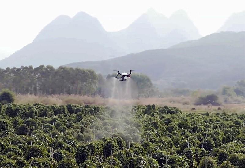Drone agrícola XAG V40 Polaris fumigando una plantación.