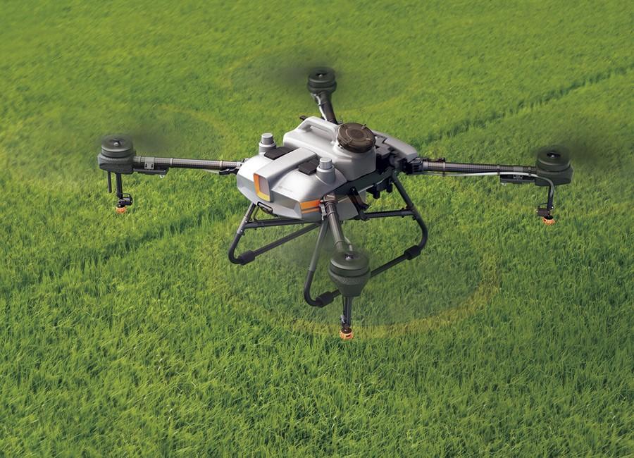 DJI Agras T10 volando sobre un campo de cereales
