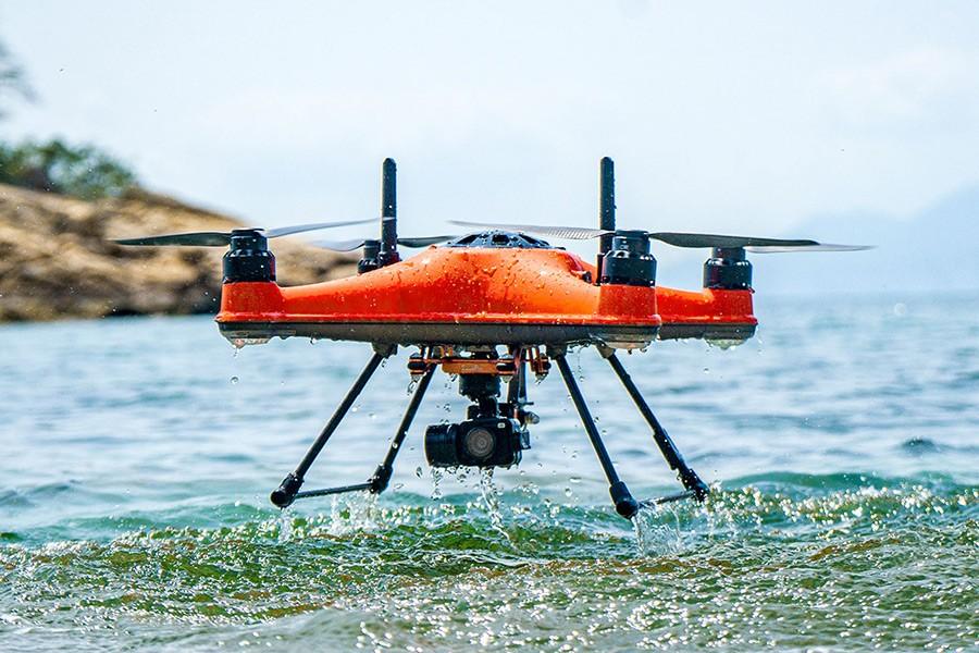 SwellPro Splash 4 hidro Drone aterrizando sobre el agua